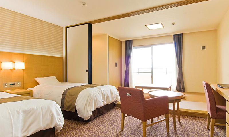 お部屋は和洋室(洋室のベッドルームと畳のある居間部分から構成されたお部屋)での相部屋となります。
